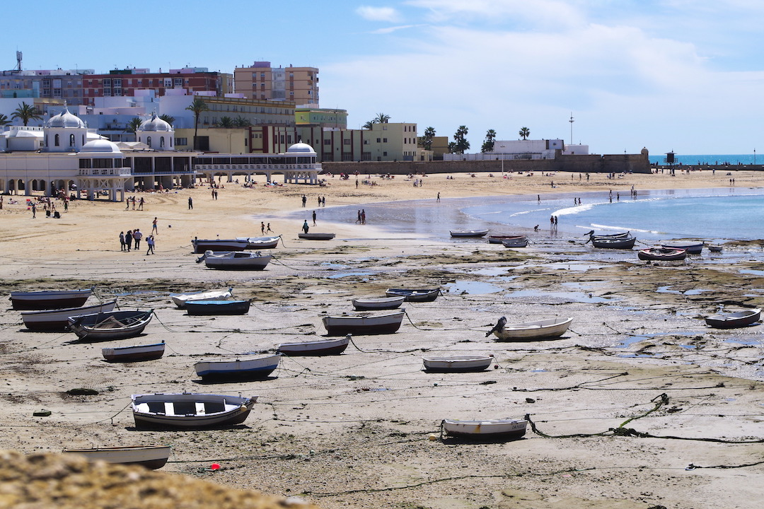 A picture of city beach in Cadiz with boats