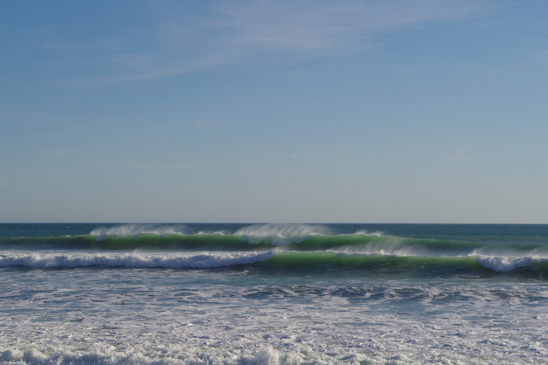 A picture of powerful waves hitting the shore in Conil de la Frontera