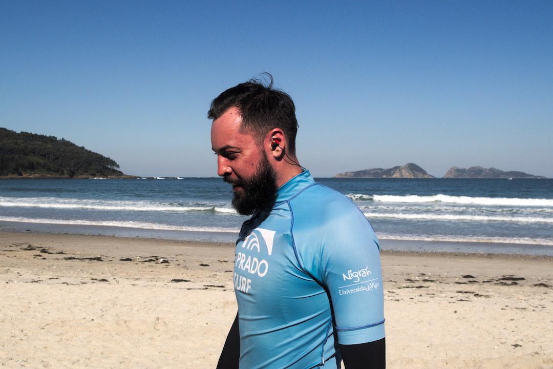 Zdjęcie surfera po rozgrzewce na plaży w Patos