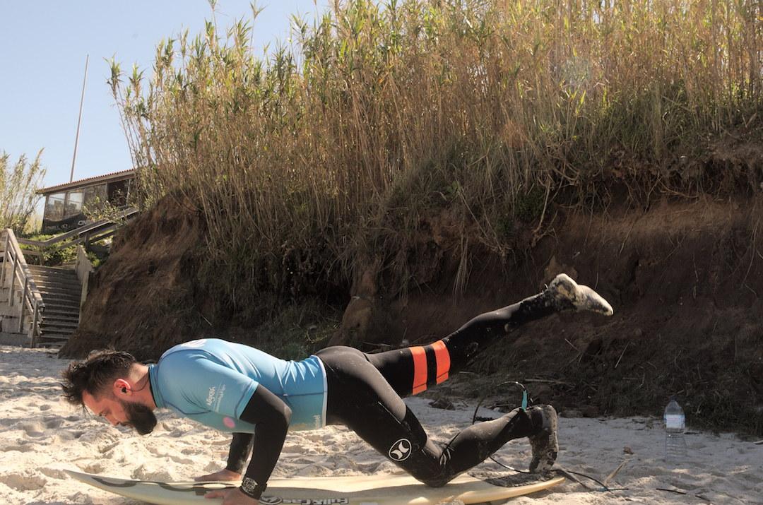 Zdjęcie surfera ćwiczącego duck dive na plaży w Patos