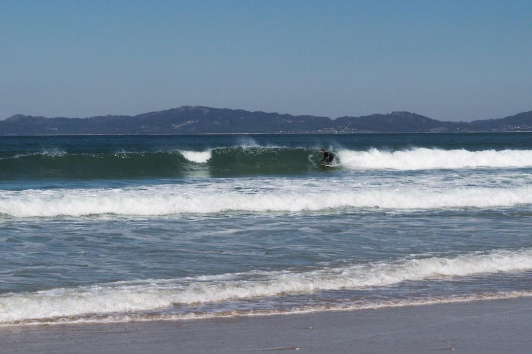 Zdjęcie surfera na fali na plaży w Patos