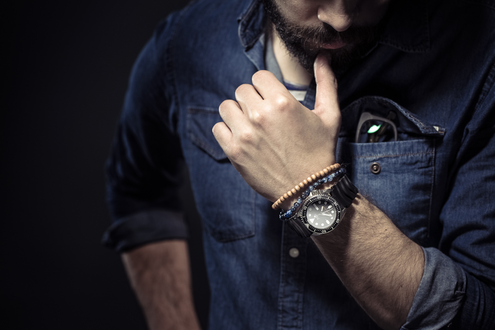 mężczyzna w dżinsowej koszuli zegarek seiko diver